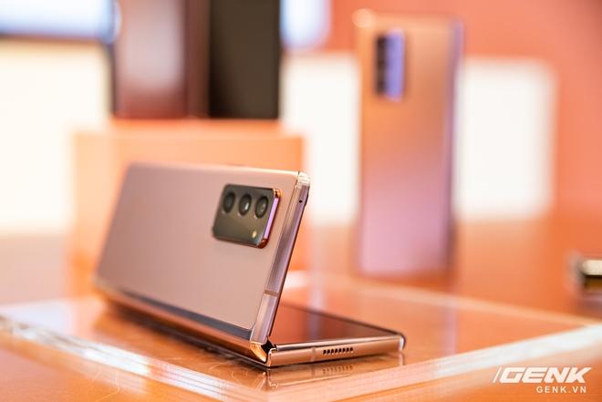 Trên tay Samsung Galaxy Z Fold2: Màn hình tràn viền cả trong lẫn ngoài, cơ chế gập thoải mái hơn, giá 50 triệu đồng - Ảnh 12.