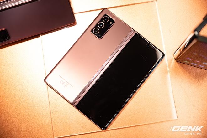 Trên tay Samsung Galaxy Z Fold2: Màn hình tràn viền cả trong lẫn ngoài, cơ chế gập thoải mái hơn, giá 50 triệu đồng - Ảnh 14.