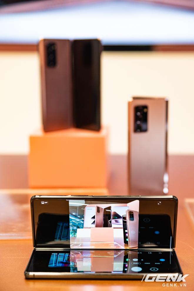 Trên tay Samsung Galaxy Z Fold2: Màn hình tràn viền cả trong lẫn ngoài, cơ chế gập thoải mái hơn, giá 50 triệu đồng - Ảnh 16.