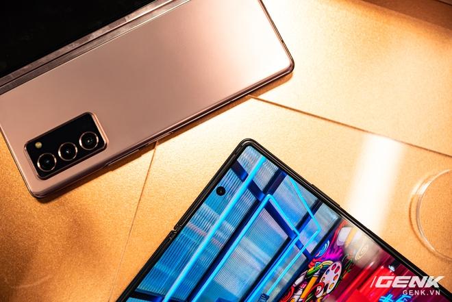 Trên tay Samsung Galaxy Z Fold2: Màn hình tràn viền cả trong lẫn ngoài, cơ chế gập thoải mái hơn, giá 50 triệu đồng - Ảnh 11.