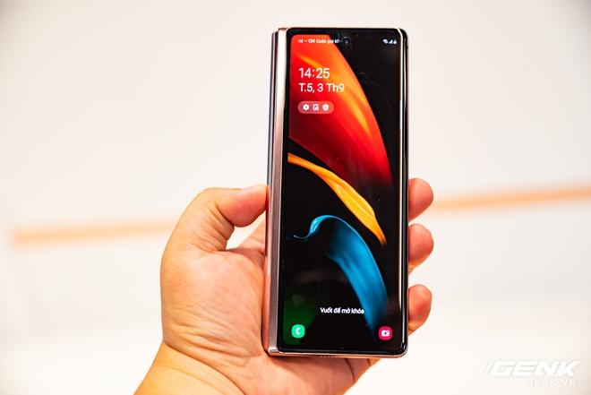 Trên tay Samsung Galaxy Z Fold2: Màn hình tràn viền cả trong lẫn ngoài, cơ chế gập thoải mái hơn, giá 50 triệu đồng - Ảnh 3.