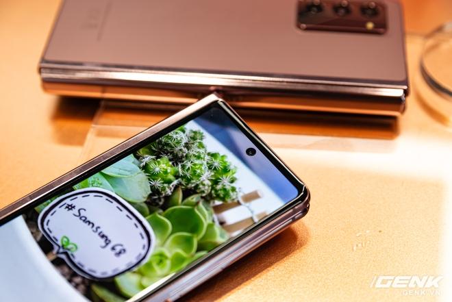 Trên tay Samsung Galaxy Z Fold2: Màn hình tràn viền cả trong lẫn ngoài, cơ chế gập thoải mái hơn, giá 50 triệu đồng - Ảnh 4.