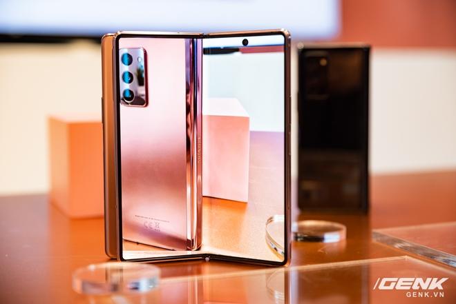 Trên tay Samsung Galaxy Z Fold2: Màn hình tràn viền cả trong lẫn ngoài, cơ chế gập thoải mái hơn, giá 50 triệu đồng - Ảnh 15.