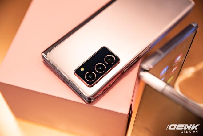 Trên tay Samsung Galaxy Z Fold2: Màn hình tràn viền cả trong lẫn ngoài, cơ chế gập thoải mái hơn, giá 50 triệu đồng - Ảnh 10.