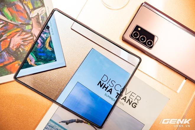 Trên tay Samsung Galaxy Z Fold2: Màn hình tràn viền cả trong lẫn ngoài, cơ chế gập thoải mái hơn, giá 50 triệu đồng - Ảnh 5.