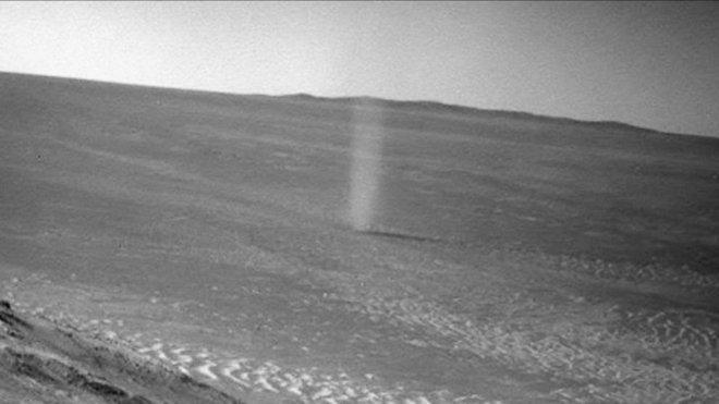 Xe tự hành của NASA ghi lại được cảnh quỷ bụi khổng lồ di chuyển trên bề mặt Hỏa Tinh - Ảnh 2.