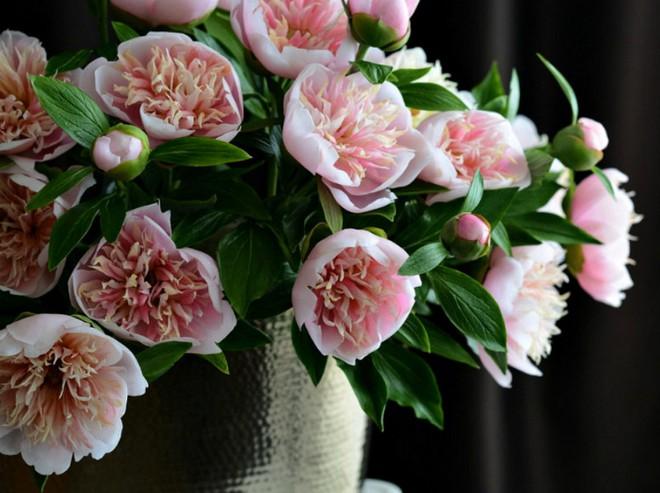 Nhìn những bông hoa mềm mại như thật thế này, bạn sẽ không thể ngờ chất liệu tạo nên chúng là gì đâu! - Ảnh 2.