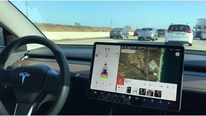 Đang di chuyển trên đường, xe Tesla bỗng nhiên phát hiện người vô hình ở nghĩa trang hoang vắng? - Ảnh 2.