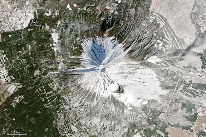 Hình ảnh vệ tinh mới nhất cho thấy một thực trạng đáng buồn đang xảy ra trên núi Phú Sĩ - Ảnh 2.