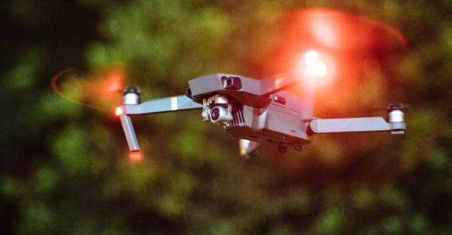 Một người đàn ông đối mặt nguy cơ vào tù và bị phạt 250.000 USD vì đâm drone quay phim vào máy bay cảnh sát - Ảnh 1.