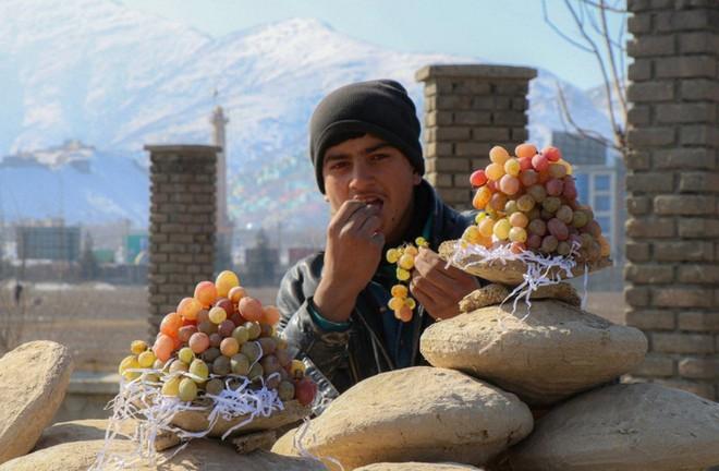 Lạ lùng phương pháp sử dụng đất ẩm để bảo quản nho tươi lâu tới ít nhất 6 tháng của người Afghanistan - Ảnh 2.