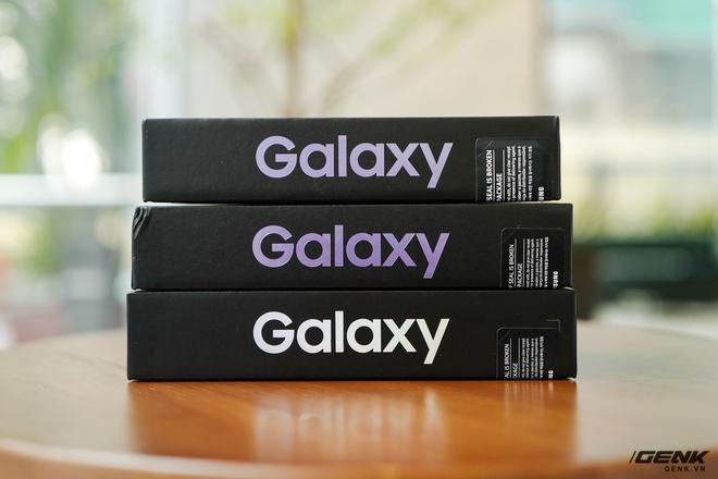 Mở hộp bộ ba Galaxy S21: Từ hộp đến máy mọi thứ đều mỏng gọn, S21 Ultra có màu Bạc Ngẫu Hứng rất đẹp - Ảnh 2.