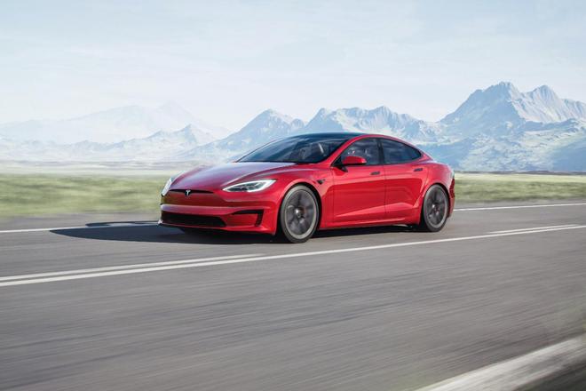 Tesla ra mắt phiên bản Model S mới: Là xe có khả năng tăng tốc nhanh nhất thế giới, nội thất của tương lai, có thể chơi được cả game The Witcher 3 - Ảnh 1.