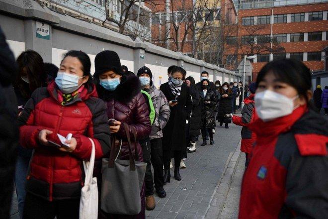 Trung Quốc triển khai xét nghiệm COVID-19 qua đường hậu môn - Ảnh 1.