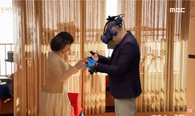 Xúc động cảnh người chồng gặp lại vợ đã mất nhờ công nghệ VR: Em không còn đau đớn nữa chứ? - Ảnh 2.