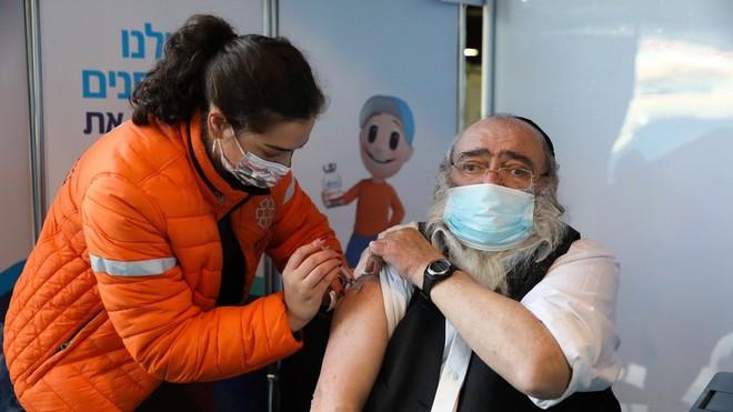 Giải thích: Vì sao hàng trăm người Israel vẫn bị nhiễm COVID-19 sau khi tiêm vắc-xin? - Ảnh 1.
