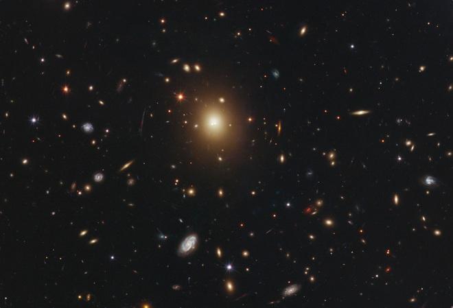 Các nhà khoa học đau đầu vì siêu lỗ đen lớn gấp 100 tỷ lần Mặt Trời mất tích đầy bí ẩn - Ảnh 1.