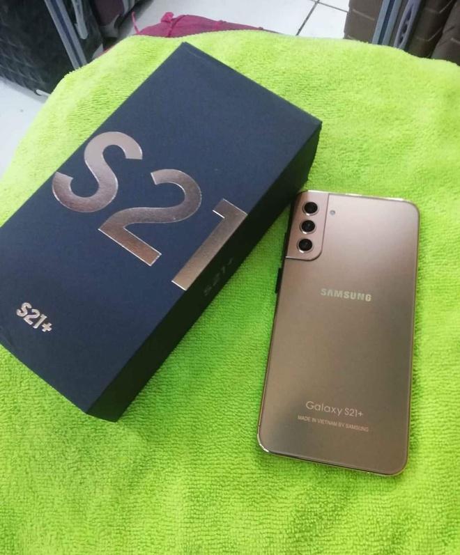 Cẩn thận trước Galaxy S21 hàng chính hãng Quảng Châu: Nhìn qua thì tưởng thật, soi kỹ mới thấy trông như một trò đùa! - Ảnh 1.