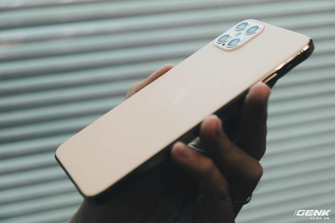 Cẩn thận trước Galaxy S21 hàng chính hãng Quảng Châu: Nhìn qua thì tưởng thật, soi kỹ mới thấy trông như một trò đùa! - Ảnh 6.