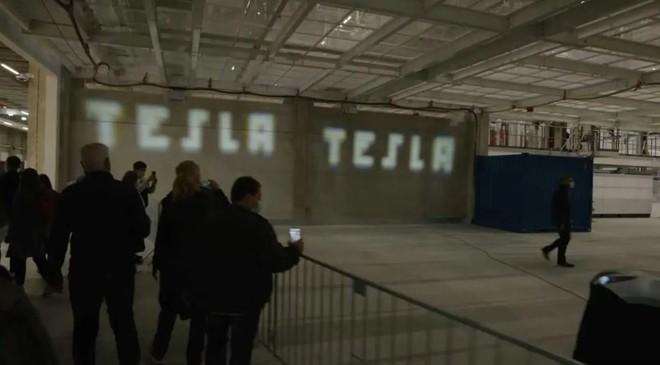 Tesla hé lộ công nghệ đèn pha mới, độ phân giải của ma trận LED cao như máy chiếu - Ảnh 1.