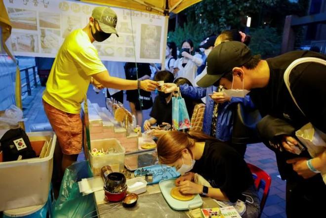 Hàn Quốc: Kiếm 19 triệu đồng/ngày nhờ bán kẹo đường giống trong Squid Game - Ảnh 3.