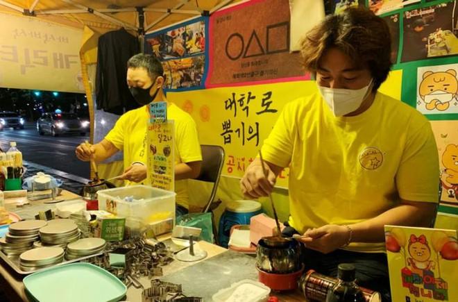 Hàn Quốc: Kiếm 19 triệu đồng/ngày nhờ bán kẹo đường giống trong Squid Game - Ảnh 4.