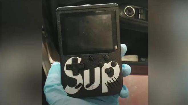 Nhóm ăn cắp sử dụng máy chơi điện tử Game Boy Supreme trị giá 617 triệu VNĐ để trộm xe - Ảnh 1.