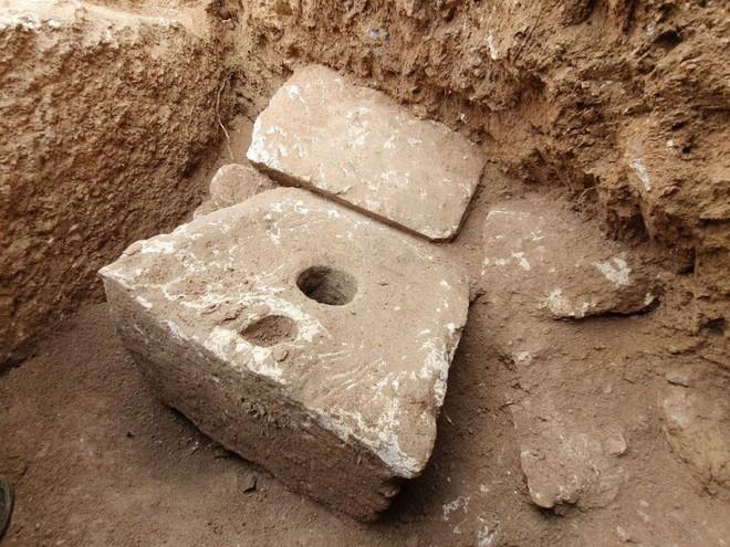 Đây là cái toilet xa xỉ 2.700 năm trước của giới thượng lưu: làm từ đá vôi, ngồi rất thoải mái - Ảnh 1.