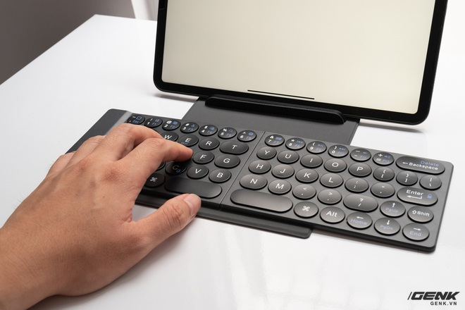 Trải nghiệm nhanh bàn phím gập MiPOW Mini Slim-Fold mỏng nhất thế giới: Gõ chưa đã tay nhưng bù lại gấp gọn như cuốn sổ rất đẹp - Ảnh 7.