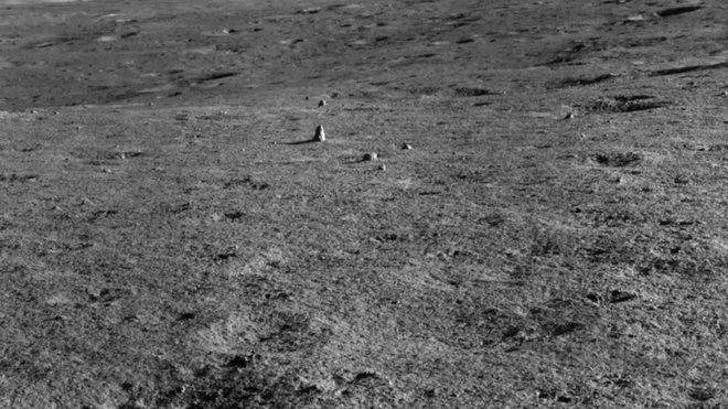 Tàu thăm dò Trung Quốc phát hiện một tảng đá kỳ lạ trên Mặt Trăng - Ảnh 1.