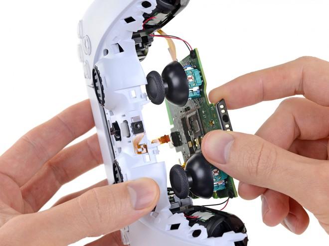 iFixit tìm ra bí ẩn lớn bên trong tay cầm DualSense của PS5, lý giải vì sao cần joystick lại nhanh hỏng đến thế - Ảnh 3.