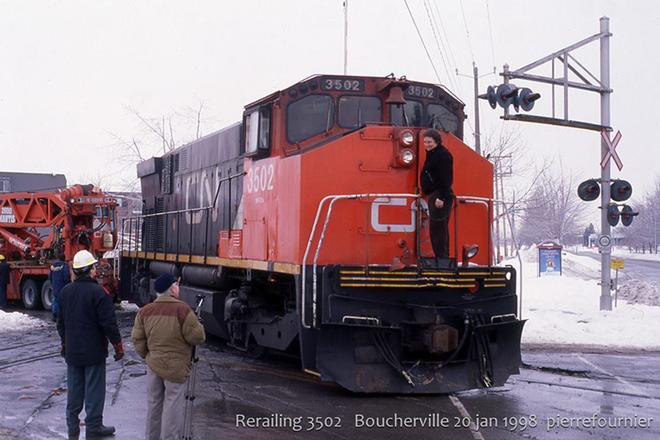 Mất điện, một thị trấn ở Canada kéo đầu tàu diesel xuống phố làm máy phát khẩn cấp - Ảnh 3.