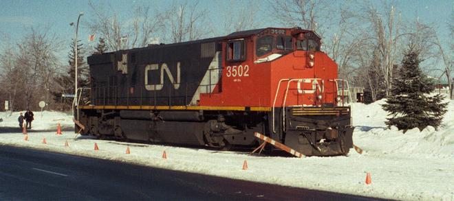 Mất điện, một thị trấn ở Canada kéo đầu tàu diesel xuống phố làm máy phát khẩn cấp - Ảnh 1.