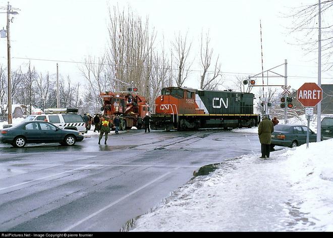 Mất điện, một thị trấn ở Canada kéo đầu tàu diesel xuống phố làm máy phát khẩn cấp - Ảnh 2.