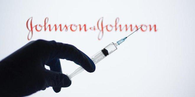 Tại sao Johnson & Johnson đặt cược tới 1 tỷ USD để làm vắc-xin COVID-19 đơn liều và nó cho hiệu quả đến đâu? - Ảnh 1.