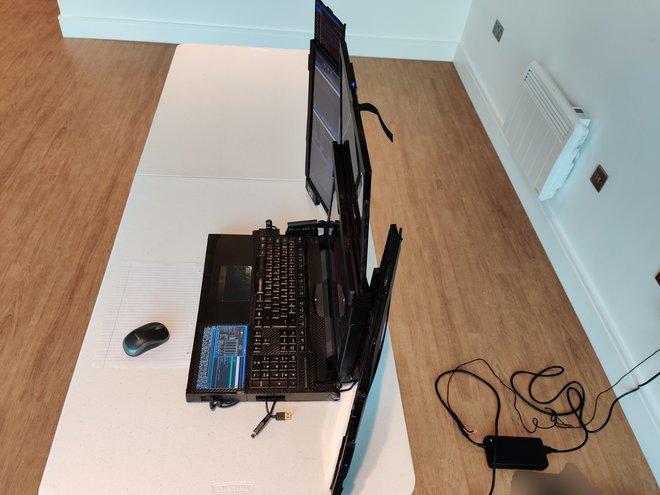 Cận cảnh laptop đầu tiên trên thế giới với... 7 màn hình: Cấu hình siêu khủng, nặng 12Kg, người mua không được tiết lộ giá bán - Ảnh 2.