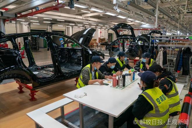 Bên trong siêu nhà máy Tesla Thượng Hải: Chủ tịch ngồi cạnh dây chuyền sản xuất, mọi thứ tự động hóa tối đa, dấu vết từng con ốc đều có thể truy xuất - Ảnh 18.