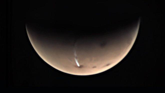 Các nhà khoa học khám phá bí mật về đám mây trắng kỳ lạ dài tới 1800km trên sao Hỏa - Ảnh 1.