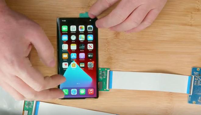 Apple còn chưa ra mắt nhưng thanh niên này đã thử tự chế một chiếc iPhone màn hình gập của riêng mình - Ảnh 2.