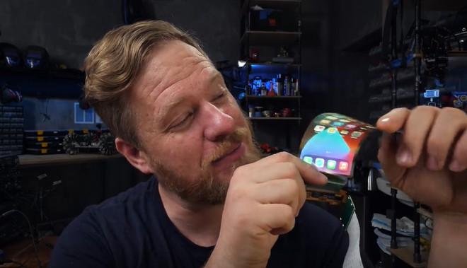 Apple còn chưa ra mắt nhưng thanh niên này đã thử tự chế một chiếc iPhone màn hình gập của riêng mình - Ảnh 4.