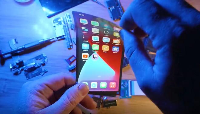 Apple còn chưa ra mắt nhưng thanh niên này đã thử tự chế một chiếc iPhone màn hình gập của riêng mình - Ảnh 3.