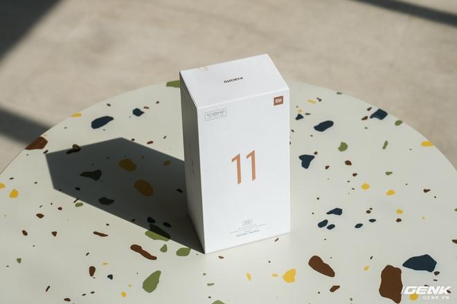 Mở hộp và cảm nhận nhanh Xiaomi Mi 11 5G: Chạy Snapdragon 888 cực khủng, màu Xanh Chân Trời rất đẹp, kèm sẵn củ sạc nhanh 55W - Ảnh 1.