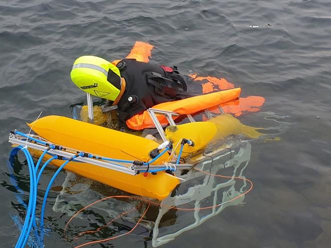Robot ẩn thân dưới nước để cứu người khỏi chết đuối từ bên dưới - Ảnh 2.