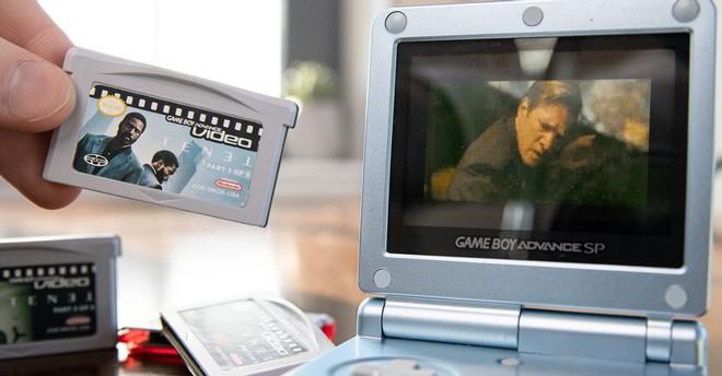 """Christopher Nolan nói phim của ông phải ra rạp xem cho nó chuẩn, YouTuber này """"nhét"""" TENET vào GameBoy xem cho nó chất - Ảnh 2."""