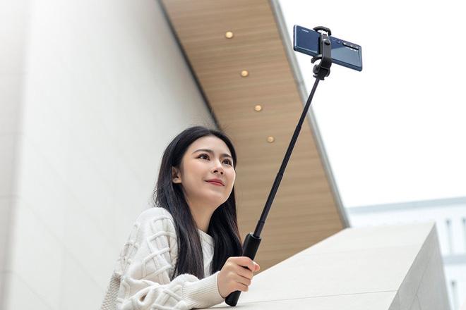 Xiaomi ra mắt gậy tự sướng Mi Zoom Selfie Stick: Tích hợp nhiều tính năng, giá chỉ 12 USD - Ảnh 1.