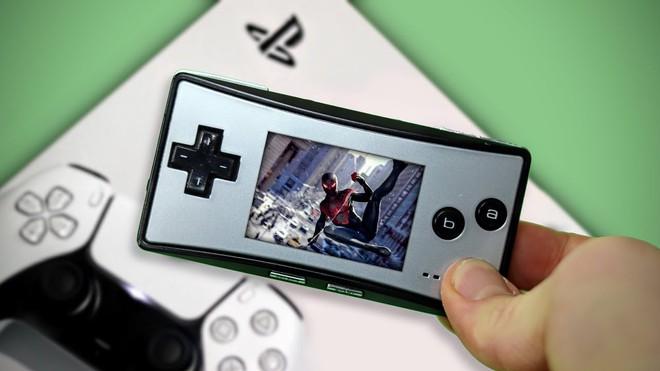 """Chỉ với 1 bộ đổi nguồn siêu hiếm giá gần 4 triệu đồng, YouTuber này có thể """"chiến"""" PlayStation 5 trên đồ cổ GameBoy Micro - Ảnh 2."""