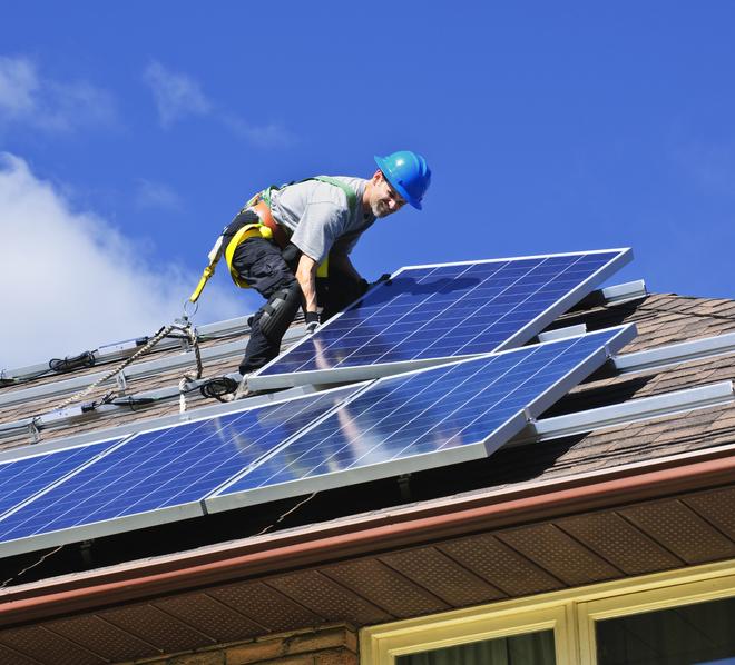Giá lắp điện mặt trời cho hộ gia đình đang ngày càng rẻ nhưng có thực sự đáng tiền đầu tư? - Ảnh 1.