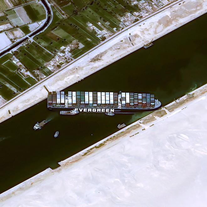 Khi máy xúc và tàu kéo vô dụng, các chuyên gia đang chờ Thiên Nhiên ra tay giải cứu tàu Ever Given mắc cạn tại kênh đào Suez - Ảnh 1.