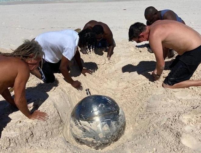 Hé lộ bí mật về quả cầu titan bí ẩn khắc toàn chữ Nga trên bãi biển Bahamas - Ảnh 1.