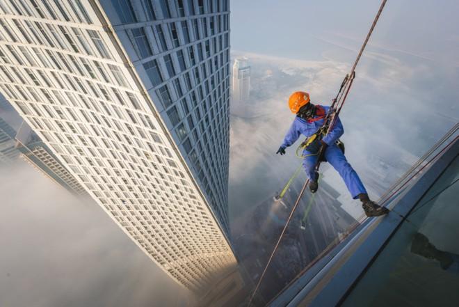 Đổ mồ hôi hột với những bức ảnh về công việc lau cửa kính tại các tòa nhà chọc trời tại Dubai - Ảnh 1.